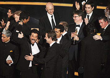 """Equipe de """"Quem Quer Ser Um Milionário?"""" comemora Oscar de Melhor Filme"""