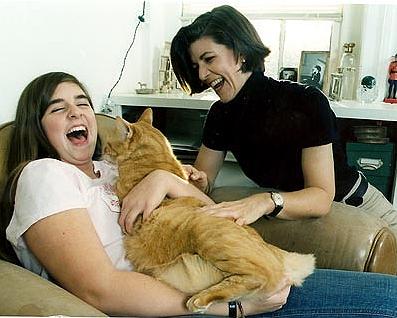 Amy, a filha Emily e o gato Pumpking, personagens da vida da escritora