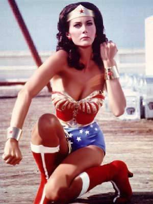 Nenhuma de nós, atualmente, precisa ser a Mulher Maravilha, a guerreira amazona da série de TV dos anos 70; mas a figura de uma heroína até que simboliza muitas chefes de família.
