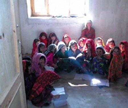 Meninas eram proibidas de frequentar a escola no Afeganistão dominado pelos radicais talibãs