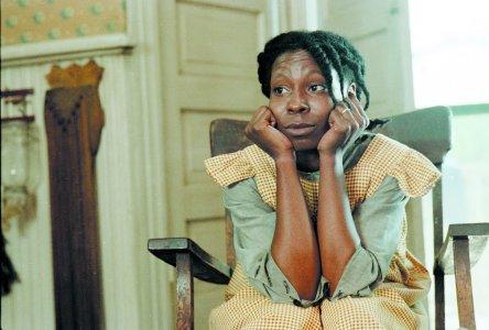 Whoopi Goldberg em A Cor Púrpura. Atriz vive a protagonista da história, Celie, uma mulher que escreve cartas para Deus